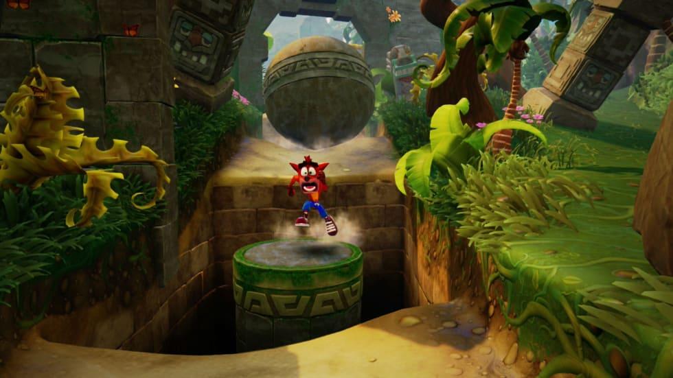 Crash Bandicoot springer från en stenbumling.